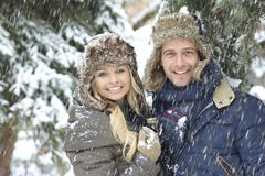 Vinterstående av lyckliga älska par royaltyfri fotografi