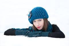 Vinterstående för ung kvinna arkivfoton