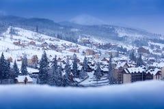 Vinterstad i bergen Arkivfoto