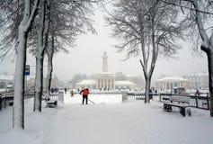 Vinterstad Kostroma, snöstorm arkivfoton