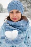 Vinterstående av den härliga unga kvinnan Royaltyfri Fotografi