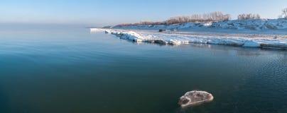 Vinterstrand av det baltiska havet royaltyfri bild