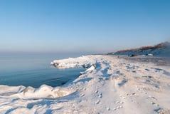 Vinterstrand av det baltiska havet arkivfoto