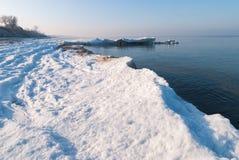 Vinterstrand av det baltiska havet arkivfoton