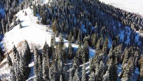Vinterturism i bergen Handelsresande går vidare banan till bergen Klar solig dag arkivfilmer