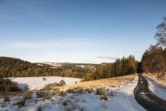 Vinterväg i Aberdeenshire, Skottland Royaltyfri Foto