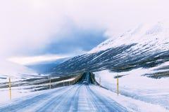 Vinterväg i Island i bergen, iskallt halt royaltyfria foton
