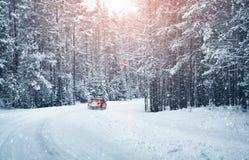 Vinterväg i morgonen efter snöfall arkivfoton