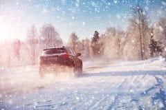 Vinterväg i morgonen efter snöfall arkivbilder