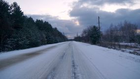 Vinterväg i skogen arkivfilmer