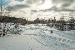 Vinterväg i skogskymningspåret royaltyfria bilder