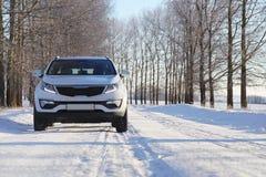 Vinterväg och en bil royaltyfri foto