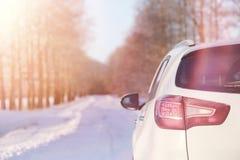 Vinterväg och en bil arkivbilder