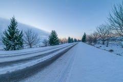 Vinterväg på solnedgången Fotografering för Bildbyråer
