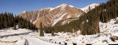 Vinterväg till den stora Almaty sjön Arkivfoton