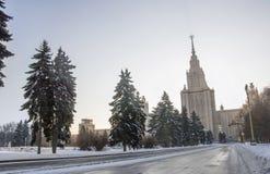 Vinterväg till Moskvauniversitetet. Arkivbild
