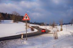 Vinterväg till och med landssida med bilar Royaltyfri Foto