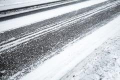 Vintervägbakgrund, asfalt och snö Fotografering för Bildbyråer