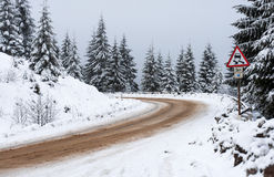 Vintervägen går bort till bergen Royaltyfria Foton