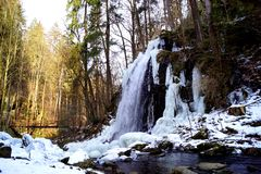 Vintervattenfall och bro royaltyfria bilder