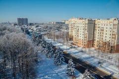 VinterVoronezh cityscape Djupfrysta träd i en skog som täckas av snö och rimfrost nära moderna hus i staden av Voronezh royaltyfria bilder