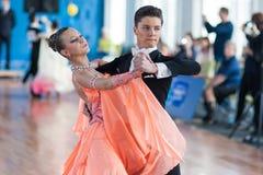 Vinyatskiy Romein en Gurchenko Anna Perform jeugd-2 Standaardprogramma Stock Afbeeldingen