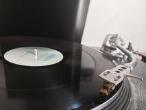 Vinyl auf einer Drehscheibe Stockfotos