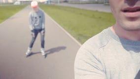 Vinyl-bereites Vektordesign Weiblicher RolleSchlittschuhläufer, der, übt in den Herbstpark inline eiszulaufen 4K stock footage