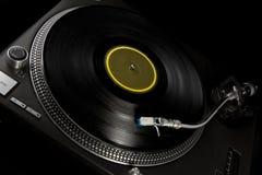 Vinyl draaischijf op zwarte Stock Afbeeldingen