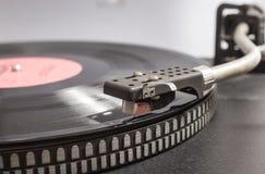 Vinyl op de platenspeler Stock Foto's