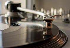 Vinyl und Spieler im Raum Stockbild
