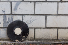 Vinylaufzeichnung auf einem Hintergrund einer Retro- Backsteinmauer Stockbilder