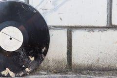 Vinylaufzeichnung auf einem Hintergrund einer Retro- Backsteinmauer Lizenzfreie Stockfotografie