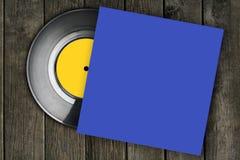 Vinylaufzeichnung auf hölzerner Beschaffenheit Lizenzfreie Stockbilder