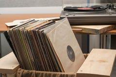 Vinylaufzeichnung mit Kopienraum vor blinden Titeln der Alben einer Sammlung, Weinleseprozeß Lizenzfreies Stockbild
