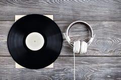 Vinylaufzeichnung und Kopfhörer Stockbild