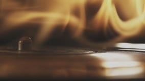Vinylaufzeichnung und Mitte-Spindel-Drehen und anziehendes Feuer stock video