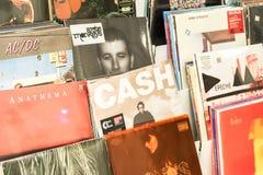 Vinylaufzeichnungen, die berühmte Rockmusik für Verkauf kennzeichnen Stockbild