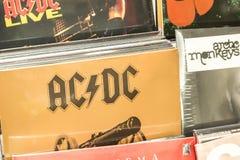 Vinylaufzeichnungen, die berühmte Rockmusik für Verkauf kennzeichnen Lizenzfreies Stockbild