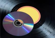 Vinylaufzeichnungen und CDscheiben schließen oben Musikalische Scheiben stockfotografie