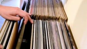 Vinylaufzeichnungs-Kistengraben stock video footage