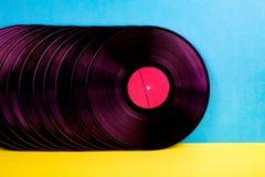 Vinyldisketter p? bakgrund royaltyfri fotografi