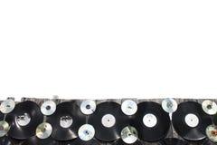 Vinyler och CD skruvas till ett staket på vit bakgrund, isolat fotografering för bildbyråer