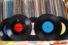 Vinylrekord med kopieringsutrymme framme av titlar för en samlingsalbumattrapp, tappningprocess arkivfoto