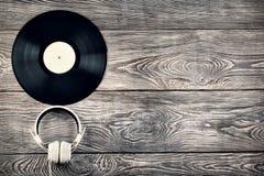 Vinylrekord och hörlurar Arkivbilder
