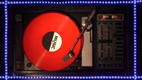 Vinylrekord på pleeren Spelar en sång från en gammal skivtallrik stock video