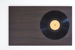 Vinylrekord på träbräde Arkivfoto