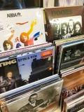 Vinylrekord som presenterar berömd musik som är till salu i musikmassmedia, shoppar Arkivfoton