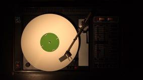 Vinylrekordspieler Spielt Lied von einer alten Draufsicht der Drehscheibe 4k stock video footage