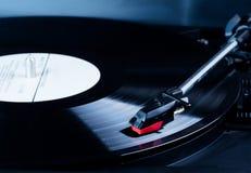 Vinylrekordspielernadel über einer drehenden Diskette lizenzfreie stockbilder